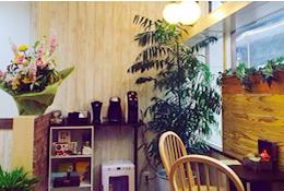 施術後もゆったりくつろげるカフェスペース