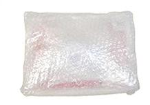 保冷剤を1つおき、プチプチでしっかり包みます。